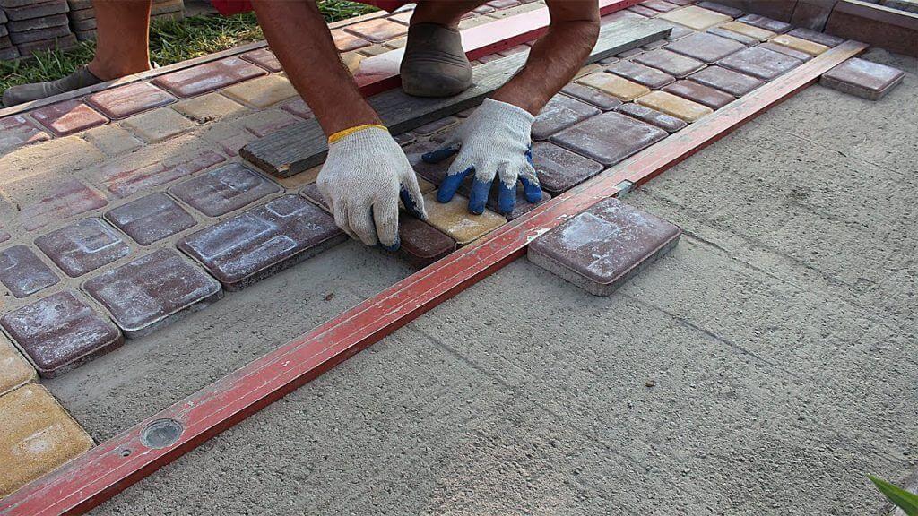 Чи можна покласти тротуарну плитку на бетон?